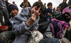 Refugiados sírios estão em acampamentos improvisados na fronteira com a Turquia Foto: BULENT KILIC / AFP