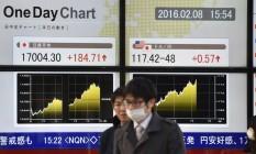 Painel mostra a variação das ações na Bolsa de Tóquio Foto: Kazuhiro Nogi/AFP