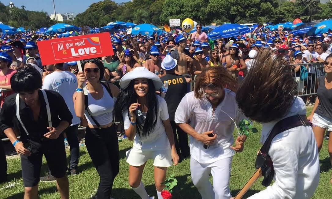 Foliões se divertem durante o bloco Sargento Pimenta, que homenageia os Beatles Márcia Foletto