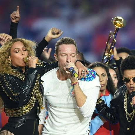Beyoncé, Chris Martin e Bruno Mars no show do intervalo do Super Bowl Foto: TIMOTHY A. CLARY / AFP