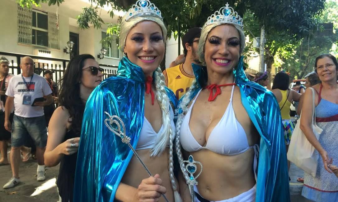 As amigas Priscila Casteliano e Ana Fernandes foram fantasiadas de Frozen Carolline Antunes