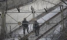 Soldado sul-coreano perto de portão em Paju, na fronteira entre as duas Coreias Foto: Ahn Young-joon / AP