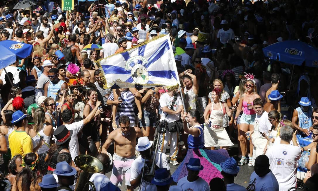 O bloco Corre Atrás desfilou no Leblon na manhã desta segunda-feira de carnaval Domingos Peixoto / Agência O Globo