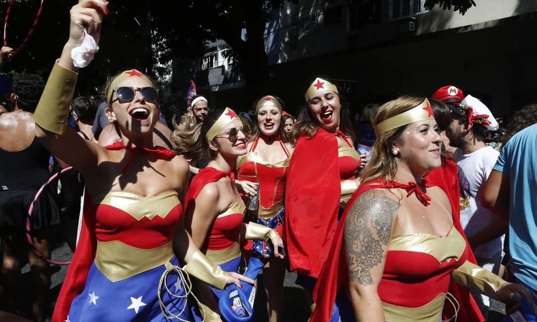 Jovens fantasiadas de Mulher Maravilha durante o bloco Corre Atrás Domingos Peixoto / Agência O Globo