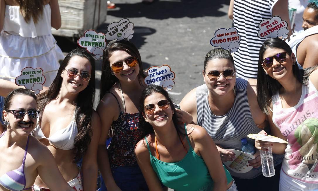 As foliãs se divertem no bloco no Leblon Domingos Peixoto / Agência O Globo