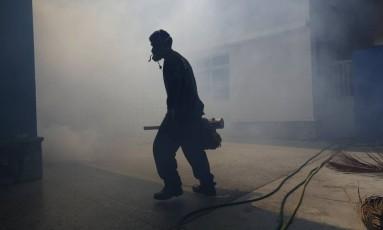 Combate ao mosquito Aedes aegypti em Caracas, na Venezuela: EUA reserva US$ 335 milhões para ajuda internacional Foto: Marco Bello / Reuters / 5-2-2016