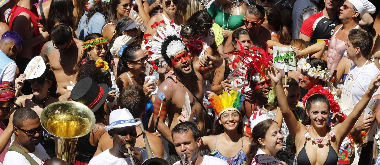 Corre atrás desfile desfila no Leblon Foto: Domingos Peixoto / Agência O Globo