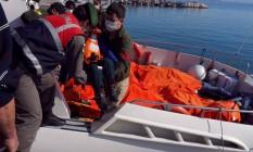 Guarda costeira turca retira corpos de imigrantes que naufragaram na costa da Turquia Foto: STR / AFP