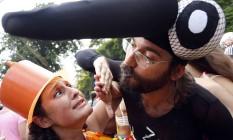 Distância. No Céu na Terra, casal brinca de greve de beijo em referência à notícia de transmissão do vírus pela saliva Foto: Ana Branco / O Globo