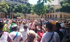 Os foliões em grande número no Largo São Francisco de Paula Foto: Cissa Loureiro