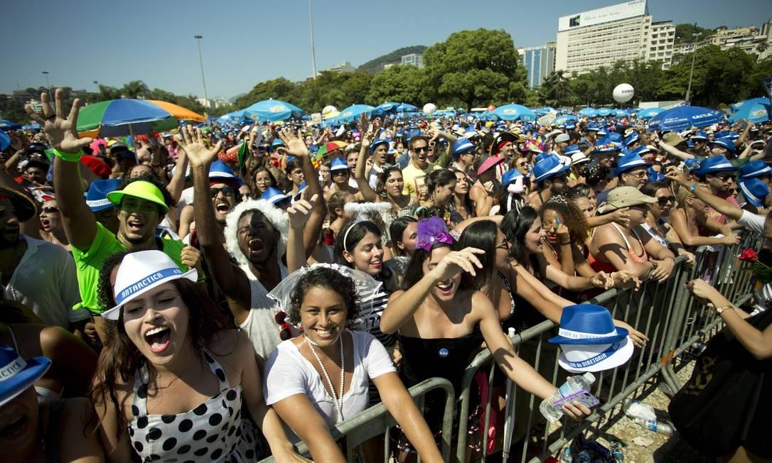 Foliões se divertem no durante o bloco Sargento Pimenta, no Aterro do Flamengo Márcia Foletto / Agência O Globo