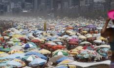 Carnaval de praias cheias: areias de Ipanema cobertas por barracas Foto: Domingos Peixoto / O Globo