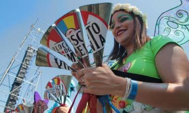 Ritimista do Sargento Pimenta toca agogô na apresentação do bloco Foto: Fernanda Dias / Agência O Globo