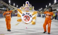 Sábado, garis exibiram a faixa 'Xô, Zica' no sambódromo Foto: Divulgação
