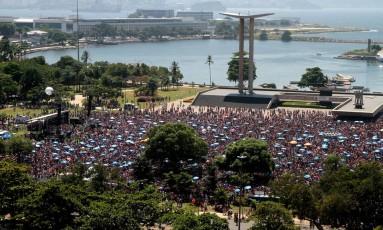 Cerca de 180 mil pessoas lotam o Aterro para curtir o Sargento Pimenta Foto: Fernanda Dias / O Globo
