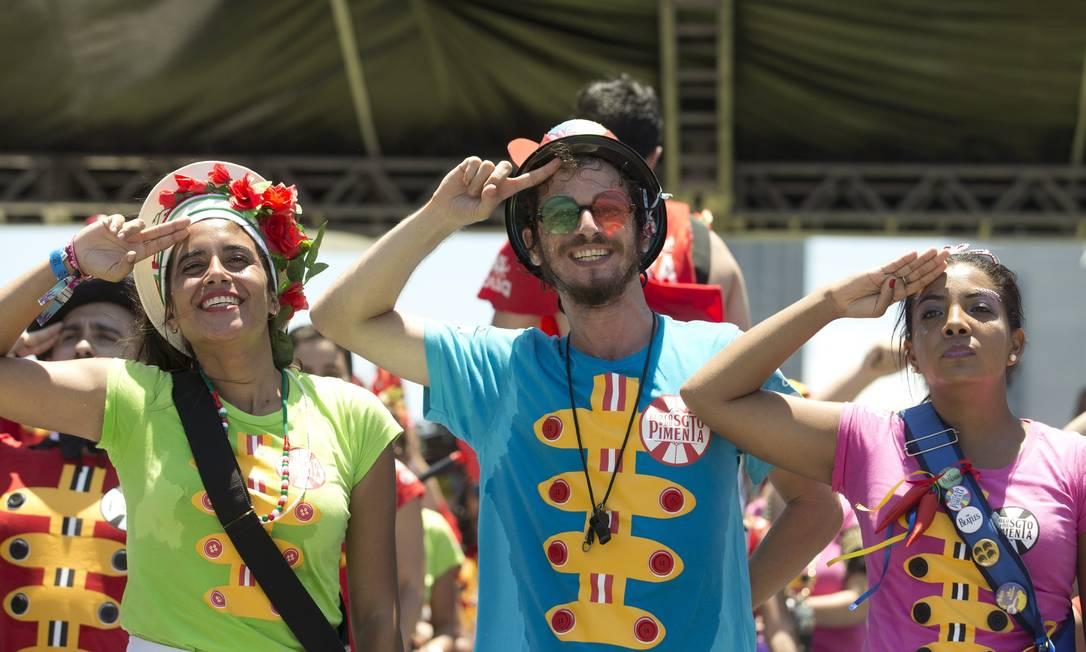 Foliões fantasiados com camisas que lembram o clássico disco dos Beatles Márcia Foletto / Agência O Globo