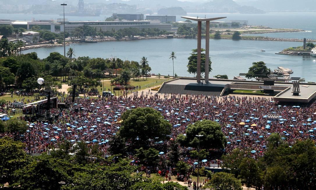 Milhares e foliões acompanham o bloco Sargento Pimenta no Aterro do Flamengo Fernanda Dias / Agência O Globo