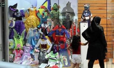 Mãe e filha conferem fantasias em Caracas Foto: Arquivo / El Nacional/GDA