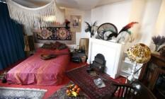 Objetos reconstiuem o quarto do apartamento onde Jimi Hendrix viveu entre 1968 e 1969, em Londres Foto: PETER NICHOLLS / REUTERS