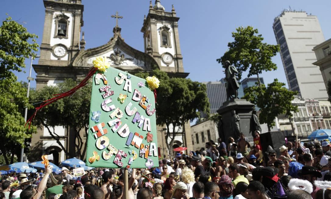 Cartaz em meio ao público do Brasília Amarela pergunta: 'Já deu uma chupadinha hoje?' Leo Martins / Agência O Globo