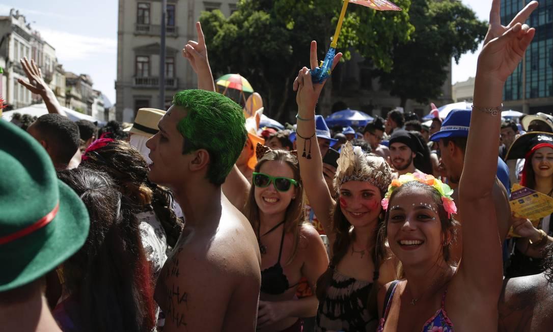 Mesmo debaixo de sol, o trio de foliãs não desanimou Leo Martins / Agência O Globo