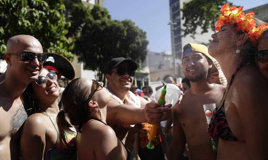 Spray é usado para refrescar os foliões no calor Leo Martins / Agência O Globo