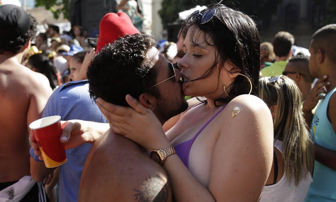Enquanto o bloco homenageava os Mamonas, este casal fazia lembrar Buchecha. Só love, só love... Leo Martins / Agência O Globo