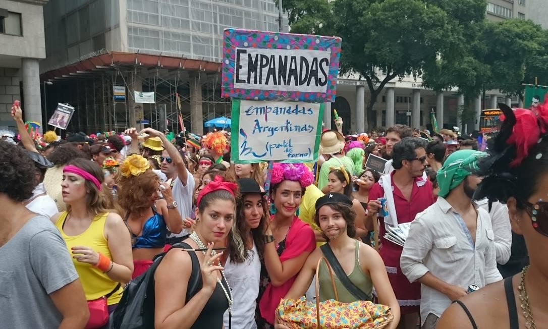 Nem só os brasileiros tentavam lucrar neste carnaval: as argentinas Sofia Sahakiam (de cigarrilha) e as amigas venderam empanadas no Boi Tolo Amanda Prado