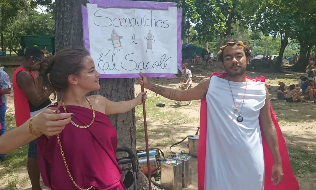 Os estudantes Saulo Castilho e Natalie Rickli são versáteis: seus sacolés alcoólicos podem ser de vodka ou cachaça, tanto nacional quanto importada Milena Coppi