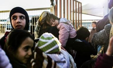 Enclausurados na fronteira, refugiados sírios esperam por dia para entrar na Síria Foto: BULENT KILIC / AFP