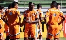 Gerson, ao centro, conversa com Edson e Cícero no treino desta segunda-feira Foto: Divulgação - Fluminense