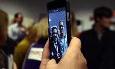 Marco Rubio tira selfie com eleitor: proximidade na disputa Foto: JEWEL SAMAD / AFP