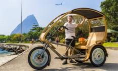 Michael Linke exibe modelo que chama atenção nas ruas: triciclo chega a 30Km de velocidade Foto: Márcio Menasce
