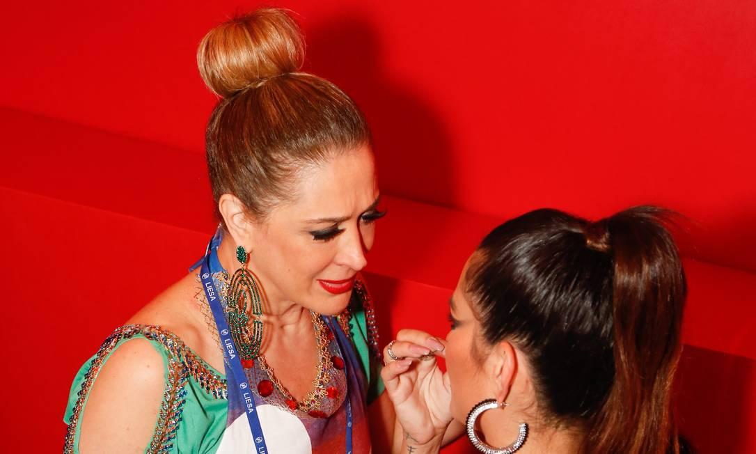 As atrizes Cláudia Raia e Cléo Pires conversam no camarote Barbara Lopes / Agência O Globo