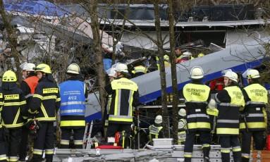 Equipes de emergência trabalham no local de acidente entre dois trens no Sul da Alemanha Foto: MICHAEL DALDER / REUTERS