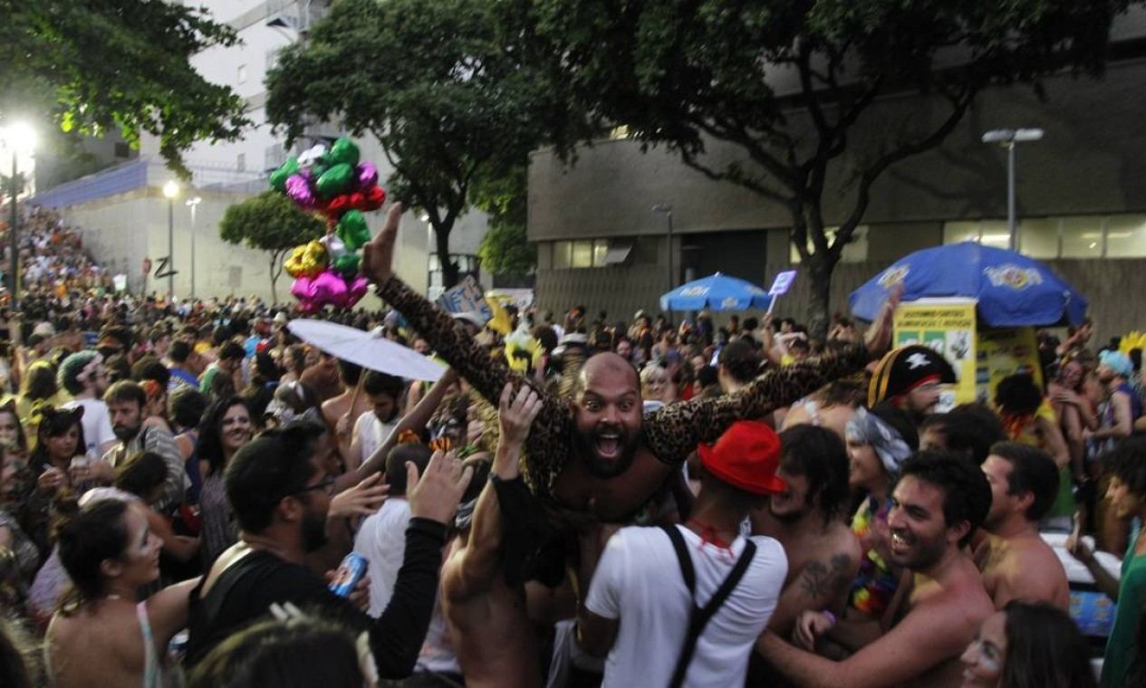 Foliões aproveitam o último dia de carnaval Foto: Pedro Teixeira / Agência O Globo