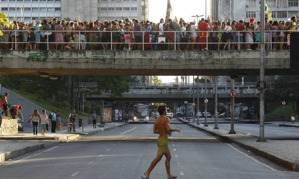 Foliões se aglomeram Foto: Pedro Teixeira / Agência O Globo