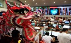 A Bolsa de Filipinas teve apresentação de dança e dragões no primeiro dia de negociação no Ano Novo Lunar. Foto: Jay Directo/AFP