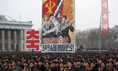 Norte-coreanos se reúnem em praça para celebrar lançamento de foguete de longo alcance pelo regime Foto: Jon Chol Jin / AP