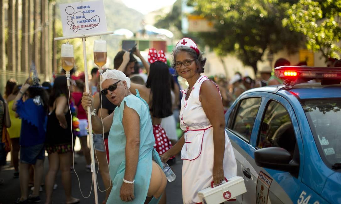 Enfermeira e paciente: irreverência nas ruas Márcia Foletto/ O Globo