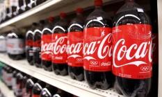 Crescimento. Garrafas de Coca-Cola em um supermercado de Nova York: lucro da companhia subiu de outubro a dezembro de 2015 Foto: LUCAS JACKSON / Lucas Jackson/Reuters