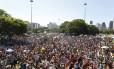 Multidão toma o Aterro do Flamengo atrás do Orquestra Voadora