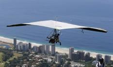 Turistas aproveitam para fazer voo sobre a Zona Sul Foto: Domingos Peixoto / O Globo