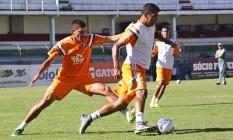 Diego Souza é marcado por Edson no treino desta terça-feira Foto: Divulgação