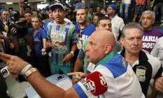 Apuração das escolas de samba de São Paulo tem confusão. Integrantes da Unidos de Vila Maria protestam Foto: Agência O Globo