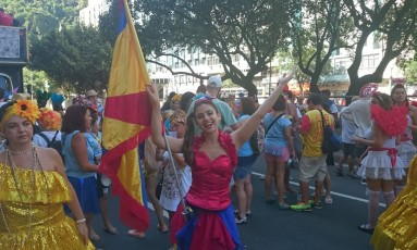 Gabriela Estevão conduz o desfile do bloco Meu Bem, Volto Já! Foto: Cissa Loureiro / Agência O Globo