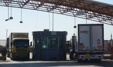 Caminhões atravessam a fronteira sírio-turca Foto: BULENT KILIC / AFP