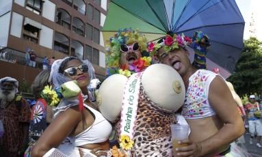 A irreferência de três foliões da Banda de Ipanema Foto: Leo Martins / Agência O Globo
