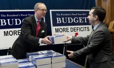 Eric Ueland, da Comissão de Orçamento do Senado, distribui cópias da proposta orçamentária para o ano fiscal de 2017 Foto: Saul Loeb/AFP