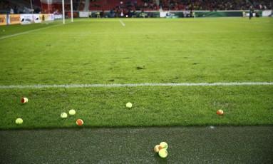 Torcida do Borussia Dortmund jogou bolas de tênis, em protesto ao alto preço dos ingressos Foto: KAI PFAFFENBACH / REUTERS
